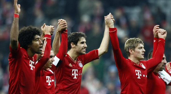 Bayern Munich's Dante, Lahm, Martinez, Kroos and Ribery celebrate victory after German first division Bundesliga soccer match against Hanover 96 in Munich
